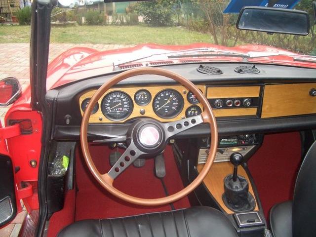 Fiat_124_sport_spider-interni