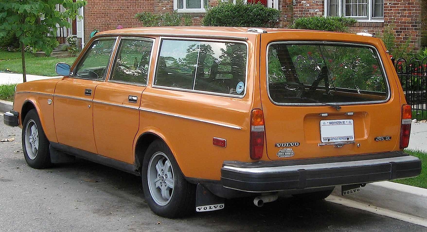 Volvo_245_DL_wagon_rear_polar