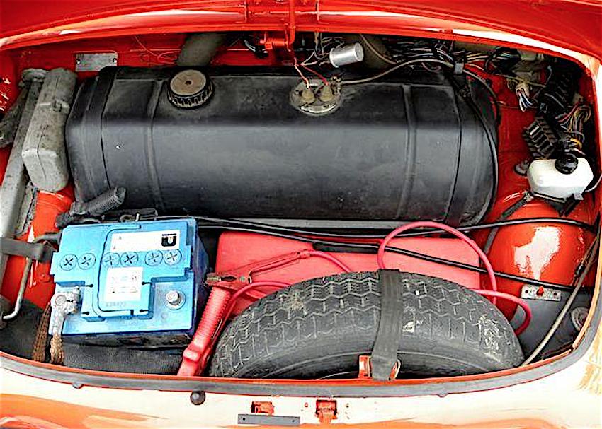 Gli interni della FIAT 500 L. Si notino la moquette, il volante a razze, il cruscotto rettangolare tipo 850 e la plancia rivestita in plastica nera.